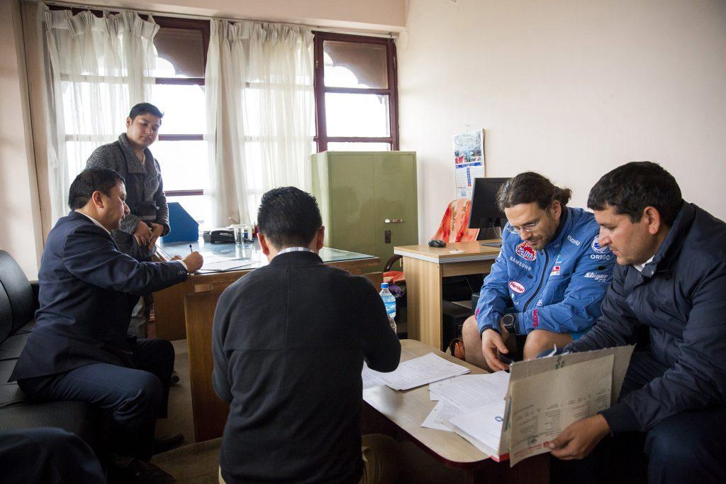 Katmandu, 2017. április 4.Klein Dávid hegymászó, a Magyar Everest Expedíció 2017 tagja (j2) átveszi a mászási engedélyt a Nepáli Kulturális, Turisztikai és Légiforgalmi Minisztériumban, Katmanduban 2017. március 29-én. Az expedíció célja a Föld legmagasabb csúcsa, a 8848 méter magas Mount Everest (Csomolungma) elérése oxigénpalack nélkül, elsőként a magyar expedíciós hegymászás történetében.MTI Fotó: Mohai Balázs