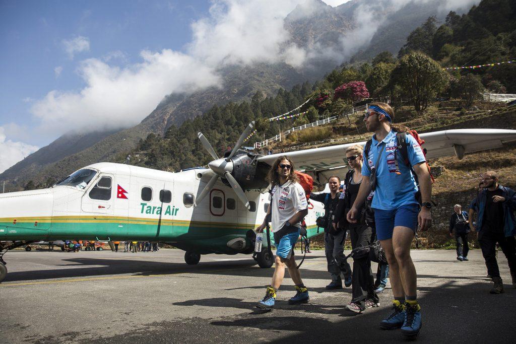 Namche Bazaar, 2017. április 4.Klein Dávid (b) és Suhajda Szilárd hegymászók (j), valamint Török Edina, az alaptábor vezetője, a Magyar Everest Expedíció 2017 tagjai a nepáli Lukla repülőterén 2017. március 31-én. Az expedíció célja a Föld legmagasabb csúcsa, a 8848 méter magas Mount Everest (Csomolungma) elérése oxigénpalack nélkül, elsőként a magyar expedíciós hegymászás történetében.MTI Fotó: Mohai Balázs