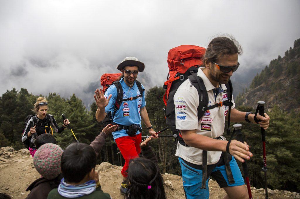 Namche Bazaar, 2017. április 4.Klein Dávid (elöl) és Suhajda Szilárd hegymászók, valamint Török Edina, az alaptábor vezetője, a Magyar Everest Expedíció 2017 tagjai útban az Everest alaptábor felé a nepáli Namche Bazaarban 2017. április 1-jén. Az expedíció célja a Föld legmagasabb csúcsa, a 8848 méter magas Mount Everest (Csomolungma) elérése oxigénpalack nélkül, elsőként a magyar expedíciós hegymászás történetében.MTI Fotó: Mohai Balázs
