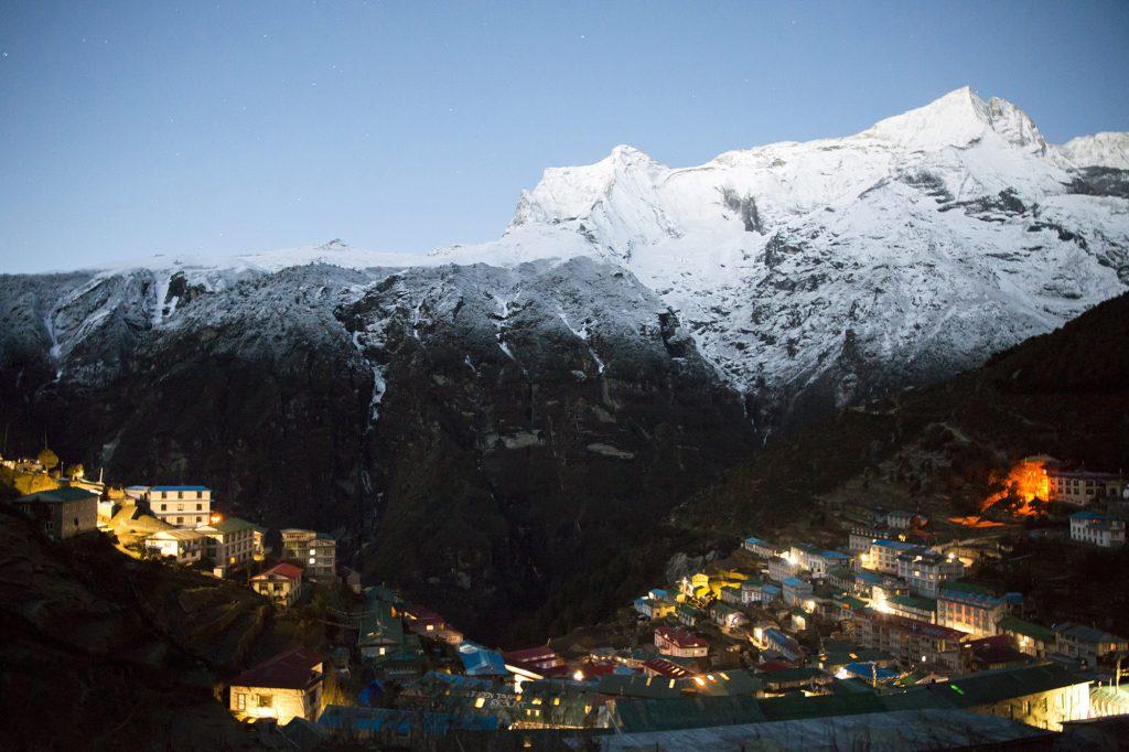 Namche Bazaar, 2017. április 4.A nepáli Namche Bazaar és a Himalája hatezer méter feletti csúcsai, az Everest-csoport 2017. április 2-án. Klein Dávid és Suhajda Szilárd hegymászók részvételével 2017. március 27-én indult el Budapestről a Magyar Everest Expedíció 2017, melynek célja a Föld legmagasabb csúcsa, a 8848 méter magas Mount Everest (Csomolungma) elérése oxigénpalack nélkül, elsőként a magyar expedíciós hegymászás történetében.MTI Fotó: Mohai Balázs