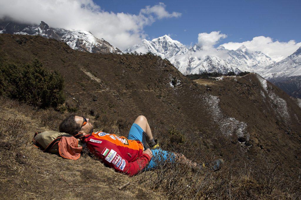 Namche Bazaar, 2017. április 4.Klein Dávid hegymászó, a Magyar Everest Expedíció 2017 tagja megpihen útban az Everest alaptábor felé a nepáli Namche Bazaar közelében 2017. április 1-jén. Az expedíció célja a Föld legmagasabb csúcsa, a 8848 méter magas Mount Everest (Csomolungma) elérése oxigénpalack nélkül, elsőként a magyar expedíciós hegymászás történetében.MTI Fotó: Mohai Balázs