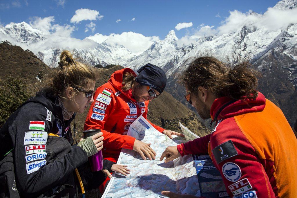 Namche Bazaar, 2017. április 4.Klein Dávid (j) és Suhajda Szilárd hegymászók, valamint Török Edina, az alaptábor vezetője, a Magyar Everest Expedíció 2017 tagjai egy térképet néznek útban az Everest alaptábor felé a nepáli Namche Bazaar közelében 2017. április 1-jén. Az expedíció célja a Föld legmagasabb csúcsa, a 8848 méter magas Mount Everest (Csomolungma) elérése oxigénpalack nélkül, elsőként a magyar expedíciós hegymászás történetében.MTI Fotó: Mohai Balázs