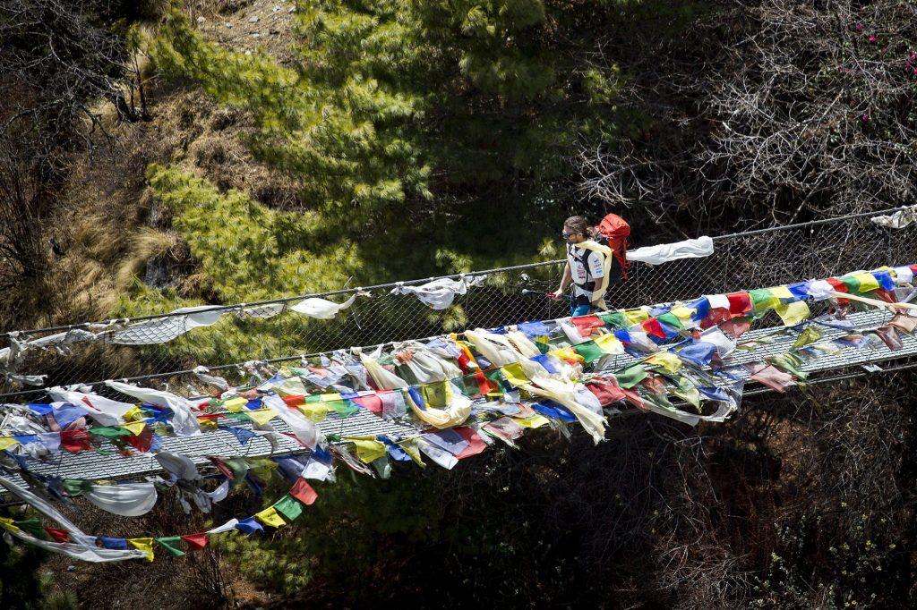 Namche Bazaar, 2017. április 4.Klein Dávid hegymászó, a Magyar Everest Expedíció 2017 tagja egy függőhídon megy át útban az Everest alaptábor felé, a nepáli Namche Bazaar közelében 2017. április 1-jén. Az expedíció célja a Föld legmagasabb csúcsa, a 8848 méter magas Mount Everest (Csomolungma) elérése oxigénpalack nélkül, elsőként a magyar expedíciós hegymászás történetében.MTI Fotó: Mohai Balázs