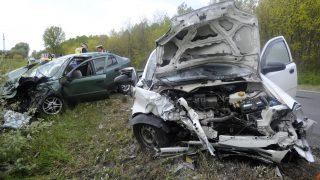 Monor, 2017. április 24. Összeroncsolódott személyautók mellett helyszínelnek rendõrök a 4-es fõúton, Monor és Monorierdõ között 2017. április 24-én, miután a két jármû összeütközött. Az egyik autóban öten voltak, egyikük a helyszínen meghalt, három felnõtt és egy gyermek megsérült. A másik autóban ketten ültek, közülük egy embert kritikus állapotban mentõhelikopterrel szállítottak kórházba, és a másik ember is súlyos sérüléseket szenvedett. MTI Fotó: Mihádák Zoltán