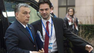Brüsszel, 2016. március 17. Orbán Viktor miniszterelnök (b) Havasi Bertalannak, a Miniszterelnöki Sajtóiroda vezetõjének társaságában az Európai Unió kétnapos brüsszeli csúcstalálkozójának elsõ napi ülésére érkezik 2016. március 17-én. (MTI/EPA/Stephanie Lecocq)