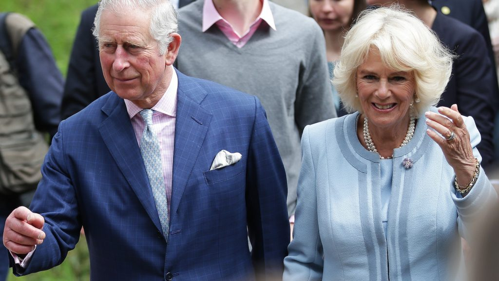 Britain's Charles (L), Prince of Wales, and his wife Camilla (R), Duchess of Cornwall, visit the winery Obermann on 6 April 2017, in Vienna. / AFP PHOTO / APA / GEORG HOCHMUTH / Austria OUT