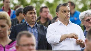 Felcsút, 2013. május 11.Orbán Viktor miniszterelnök (k) és Mészáros Lőrinc, a felcsúti Puskás Ferenc Labdarúgó Akadémia elnöke (b, a kormányfő mellett) nézi a labdarúgó NB II 26. fordulójában a Nyugati csoportban rendezett Puskás Akadémia-Kaposvári Rákóczi II mérkőzést Felcsúton 2013. május 11-én. Az összecsapást a Puskás Akadémia 2-0-ra megnyerte és feljutott NB I-be.MTI Fotó: Koszticsák Szilárd
