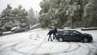 Budapest, 2017. április 19.Egy hóban elakadt autót tolnak Budapesten, a XII. kerületi Béla király úton 2017. április 19-én.MTI Fotó: Mohai Balázs