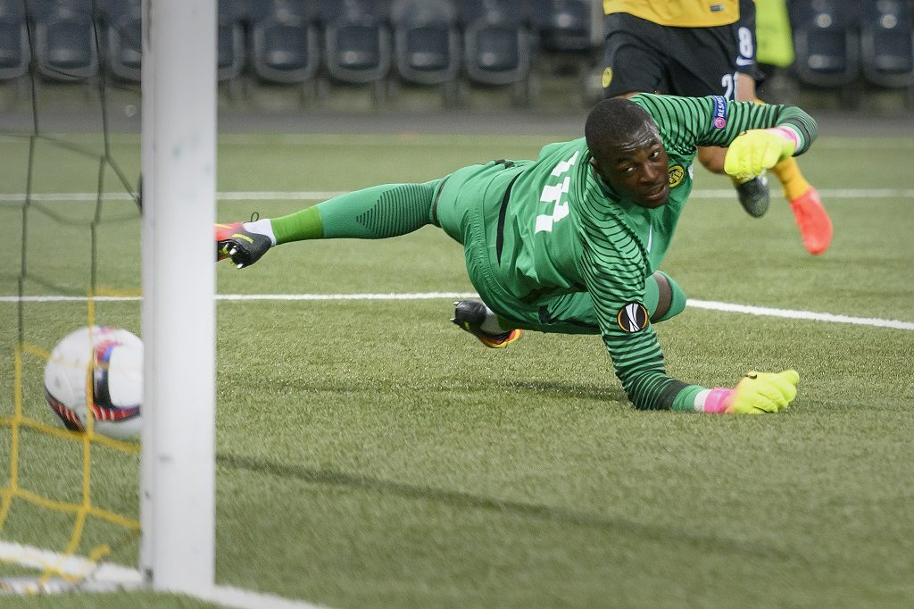 Young Boys' Swiss goalkeeper Yvon Mvogo takes the first goal   during the UEFA Europa League group B football match beetween BSC Young Boys and Olympiacos FC on September 15, 2016, at the Stade de Suisse in Bern. / AFP PHOTO / FABRICE COFFRINI
