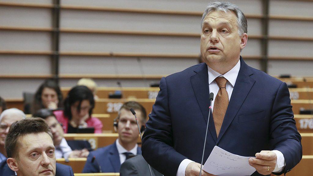 Brüsszel, 2017. április 26.Orbán Viktor miniszterelnök (j) felszólal az Európai Parlament (EP) plenáris ülésén Brüsszelben 2017. április 26-án. Balról Rogán Antal, a Miniszterelnöki Kabinetirodát vezető miniszter. (MTI/EPA/Olivier Hoslet)