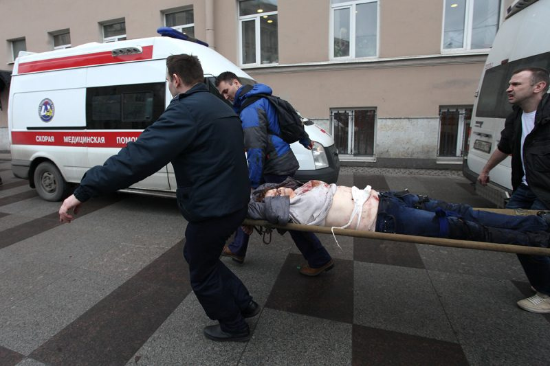 Men carry an injured person on a stretcher outside Technological Institute metro station in Saint Petersburg on April 3, 2017.Around 10 people were feared dead on Monday after an explosion rocked the metro system in Russia's second city Saint Petersburg, according to authorities. / AFP PHOTO / INTERPRESS / Alexander TARASENKOV