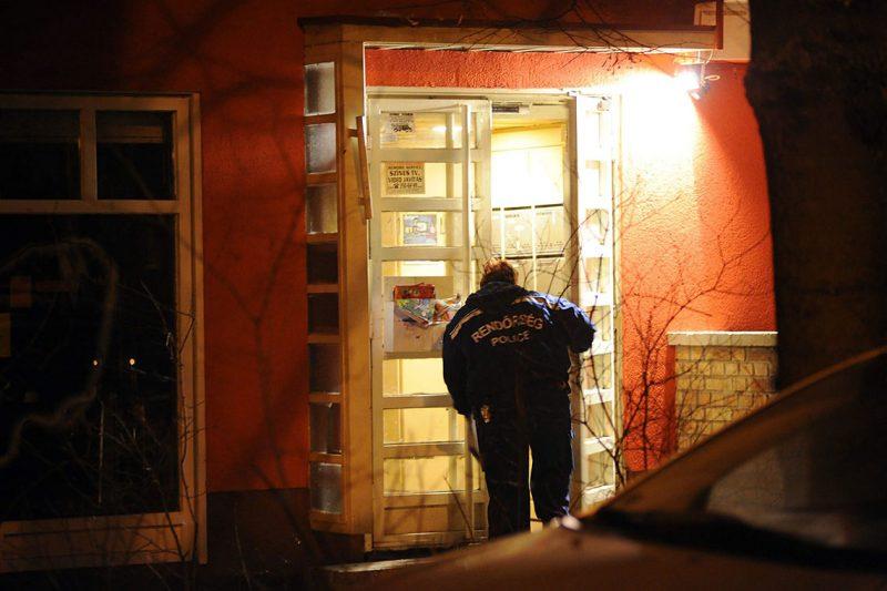 Budapest, 2011. február 5.Egy rendőr bemegy egy épületbe Újpesten, a Dunakeszi utcában, ahol éjszaka egy lakásban egy férfi - feltehetően előzetes szóváltást követően - késsel megszúrta 43 éves feleségét, aki olyan súlyos sérüléseket szenvedett, hogy a helyszínen életét vesztette. A Budapesti Rendőr-főkapitányság Bűnügyi Főosztály Életvédelmi Osztálya emberölés bűntett miatt indít eljárást az ügyben.MTI Fotó: Lakatos Péter