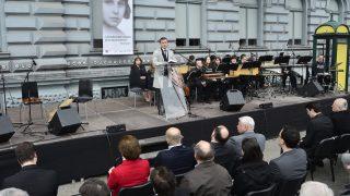 Budapest, 2017. április 9. Rogán Antal, a Miniszterelnöki Kabinetirodát vezető miniszter beszédet mond a holokauszt emléknapja alkalmából tartott megemlékezésen Budapesten, a Terror Háza Múzeumnál 2017. április 9-én. Az eseményen Bernovits Vilma vértanú hitoktatóra emlékeztek, akit a nyilasok 1944. december 27-én a jeges Dunába lőttek Budapesten. Az első sorban jobbról Erdő Péter bíboros, esztergom-budapesti érsek (j) és Lomnici Zoltán, az Emberi Méltóság Tanácsának (EMT) elnöke (j3). MTI Fotó: Marjai János