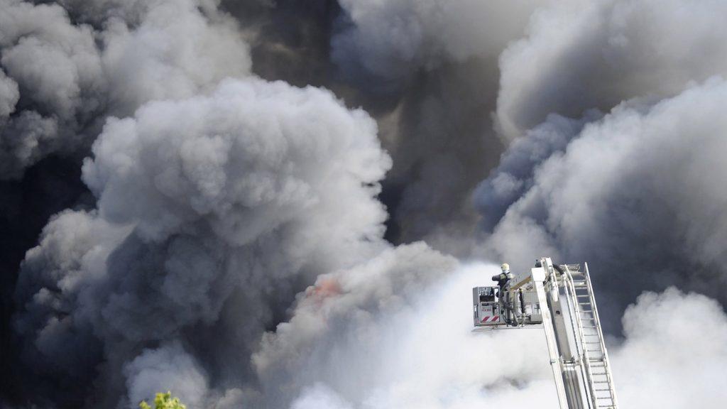 Budaörs, 2017. április 25. Tűzoltók oltják a tüzet Budaörsön, ahol kigyulladt egy gyógyszergyári épület 2017. április 25-én. A mintegy 5000 négyzetméteres épület raktárrésze kapott lángra, amit több tűzoltóegység kezdett el oltani.  A Pest Megyei Katasztrófavédelmi Igazgatóság szóvivője elmondta, hogy a dolgozóknak időben sikerült kimenekülniük, sérültekről nincs tudomásuk. MTI Fotó: Mihádák Zoltán