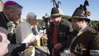 Vatikánváros, 2017. április 17. A L'Osservatore Romano vatikáni napilap által közreadott képen XVI. Benedek nyugalmazott pápát (b2) köszöntik a bajorországi küldöttség tagjai a korábbi katolikus egyházfõ kilencvenedik születésnapja alkalmából a Vatikánban 2017. április 17-én. Benedek pápa Joseph Aloisius Ratzinger néven született a bajorországi Marktl faluban 1927. április 16-án. (MTI/AP/L'Osservatore Romano)