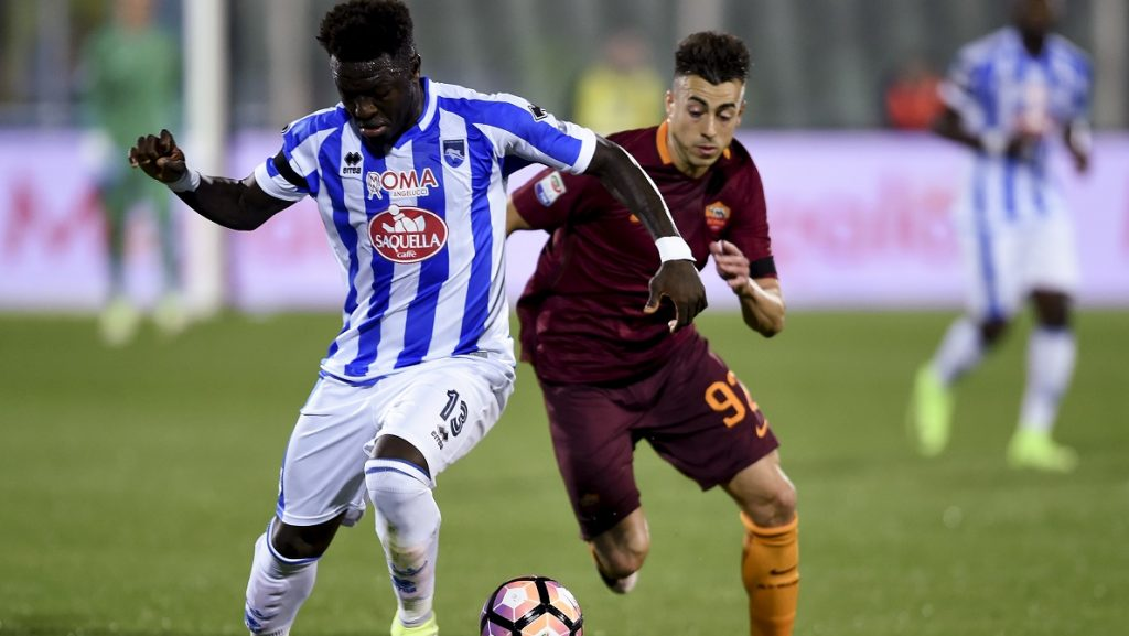 Roma's Italian forward Stephan El Shaarawy (R) vies with Pescara Ghanaian midfielder Sulley Muntari during the Italian Serie A football match between Pescara and Roma at the Adriatico Stadium in Pescara on April 24, 2017. / AFP PHOTO / FILIPPO MONTEFORTE
