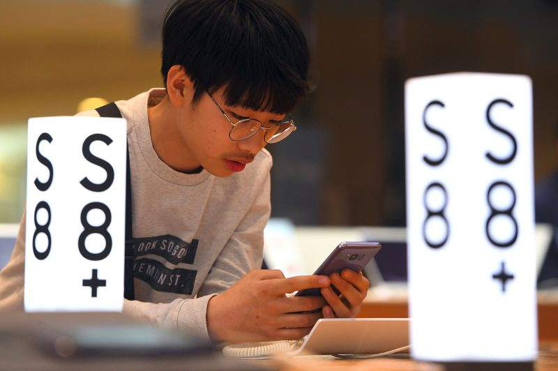 A man experiences the Samsung Galaxy S8 smartphone at the company's showroom in Seoul on April 27, 2017. South Korean tech giant Samsung Electronics posted its biggest quarterly net profit for more than three years on April 27 after shrugging off the fallout from the exploding Galaxy Note 7 battery debacle. / AFP PHOTO / JUNG Yeon-Je
