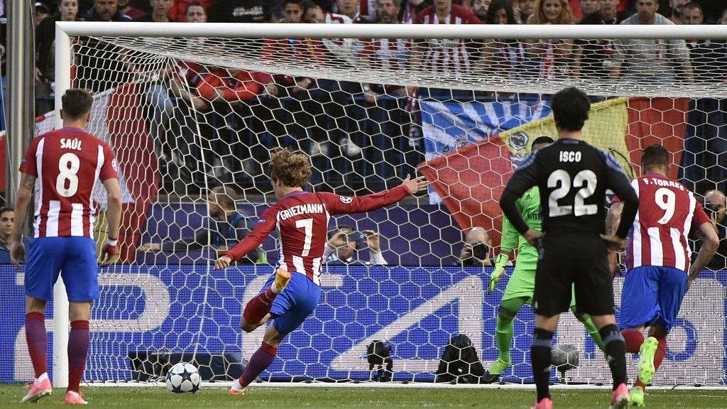 Atletico Madrid's French forward Antoine Griezmann (2L) shoots to score his team's second goal during the UEFA Champions League semifinal second leg football match Club Atletico de Madrid vs Real Madrid CF at the Vicente Calderon stadium in Madrid, on May 10, 2017. / AFP PHOTO / GERARD JULIEN