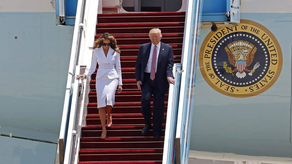 US President Donald Trump and First Lady Melania Trump disembark Air Force One upon their arrival at Ben Gurion International Airport in Tel Aviv on May 22, 2017, as part of his first trip overseas. / AFP PHOTO / Jack GUEZ