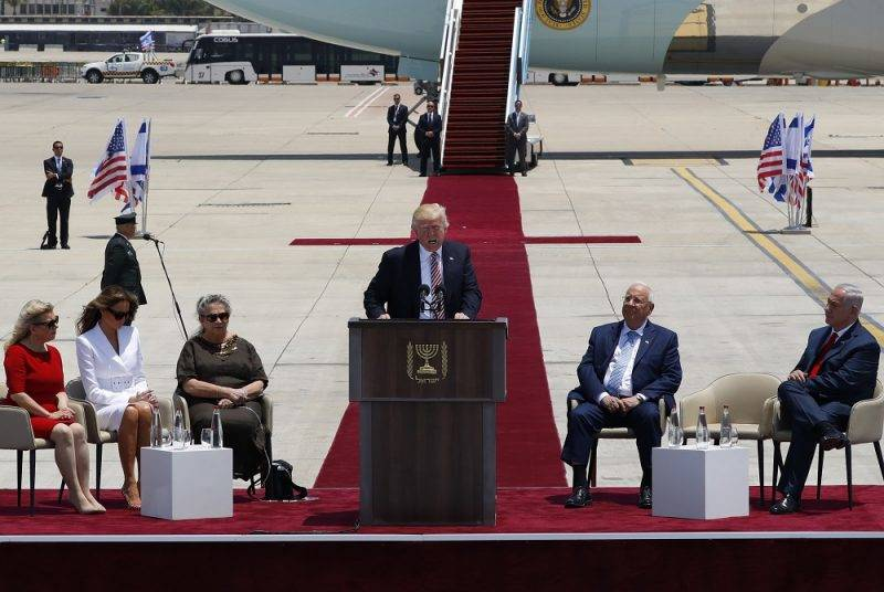 US President Donald Trump (C) gives a speech as Israeli Prime Minister Benjamin Netanyahu (R), Israeli President Reuven Rivlin (2R), his wife Nehama (3L), the First Lady Melania Trump (2L) and the wife of the Israeli Prime Minister Sara Netanyahu listen on during a welcome ceremony upon their arrival at Ben Gurion International Airport in Tel Aviv on May 22, 2017, as part of his first trip overseas. / AFP PHOTO / Jack GUEZ