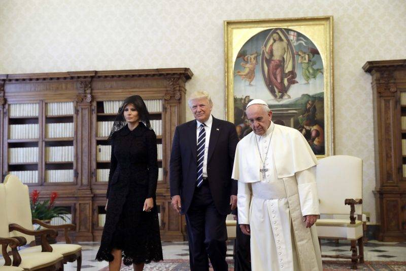 Pope Francis (R) walks along with US President Donald Trump and US First Lady Melania Trump during a private audience at the Vatican on May 24, 2017. US President Donald Trump met Pope Francis at the Vatican today in a keenly-anticipated first face-to-face encounter between two world leaders who have clashed repeatedly on several issues. / AFP PHOTO / POOL / Evan Vucci