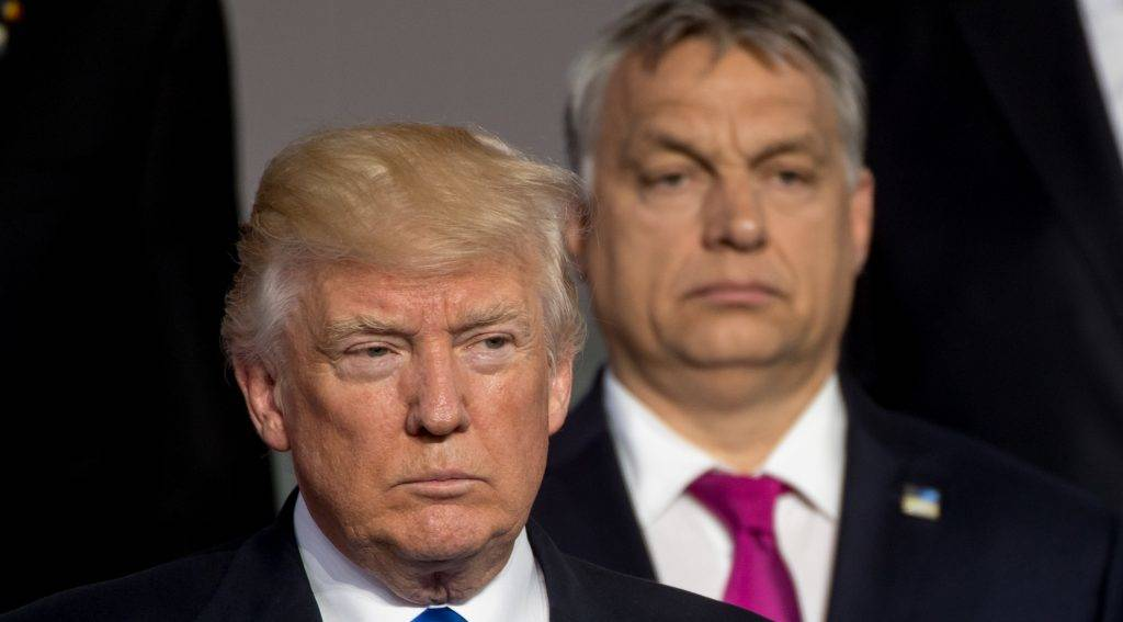 (L-R)US President Donald Trump and Prime Minister of  of Hungary Viktor Orban stand during a family picture during the NATO (North Atlantic Treaty Organization) summit at the NATO headquarters, in Brussels, on May 25, 2017.  / AFP PHOTO / POOL / Danny GYS
