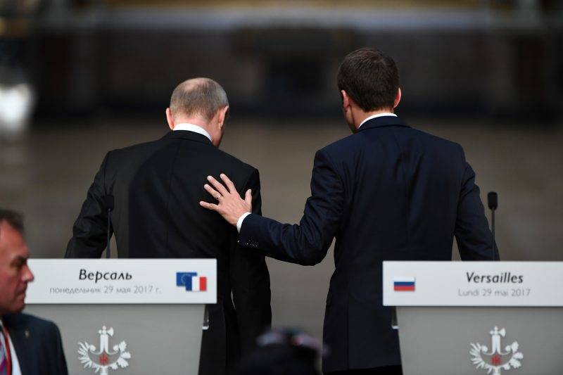 French President Emmanuel Macron (R) and Russian President Vladimir Putin (L) leave after delivering a joint press conference following their meeting at the Versailles Palace, near Paris, on May 29, 2017. French President Emmanuel Macron hosts Russian counterpart Vladimir Putin in their first meeting since he came to office with differences on Ukraine and Syria clearly visible. / AFP PHOTO / CHRISTOPHE ARCHAMBAULT