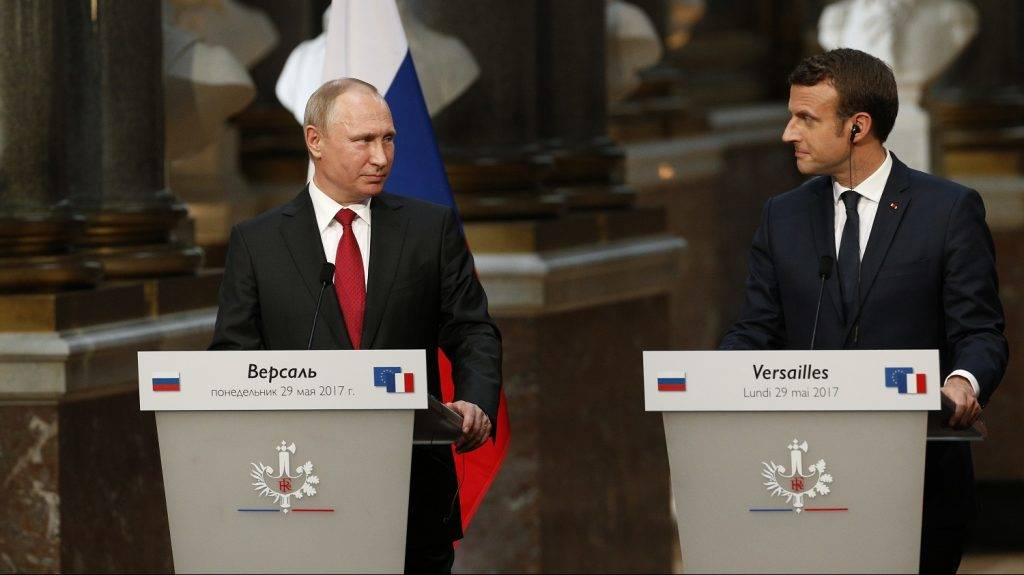 French President Emmanuel Macron (R) delivers a joint press conference with Russian President Vladimir Putin following their meeting at the Versailles Palace, near Paris, on May 29, 2017. Macron hosts Russian counterpart Vladimir Putin in their first meeting since he came to office with differences on Ukraine and Syria clearly visible. / AFP PHOTO / GEOFFROY VAN DER HASSELT
