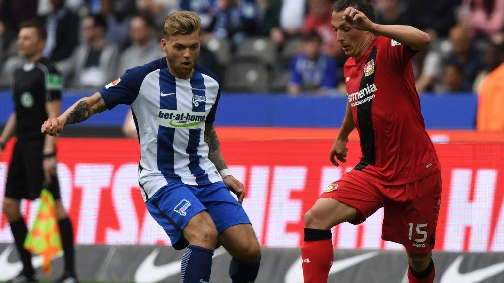 Berlin's Alexander Esswein (L)in action against Leverkusen's Julian Baumgartlinger during the German Bundesliga soccer match between Hertha BSC and Bayer Leverkusen in the Olympic Stadium in Berlin, Germany, 20 May 2017.  (EMBARGO CONDITIONS - ATTENTION: Due to the accreditation guidelines, the DFL only permits the publication and utilisation of up to 15 pictures per match on the internet and in online media during the match.) Photo: Soeren Stache/dpa