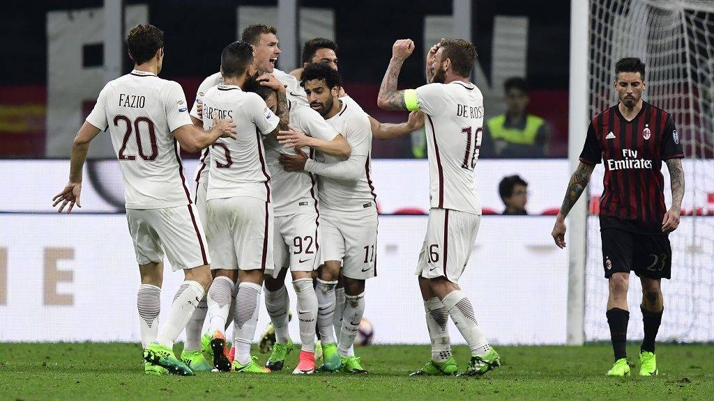 AS Roma's Italian forward Stephan El Shaarawy (C) is congratulated by comrades after scoring during the Italian Serie A football match AC Milan vs AS Roma at the San Siro stadium in Milan on Mai 7, 2017. / AFP PHOTO / MIGUEL MEDINA