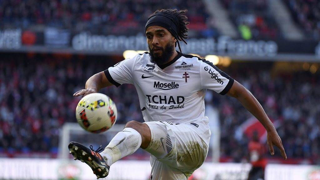 Metz's French-Cameroonese defender Benoit Assou-Ekotto controls the ball during the French L1 football match Rennes against Metz on October 30, 2016 at the Roazhon park stadium in Rennes, western France. / AFP PHOTO / DAMIEN MEYER