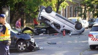Budapest, 2017. május 30. Összetört és felborult gépjármû a IX. kerületben, a Gubacsi út és a Timót utca keresztezõdésében, ahol a két gépkocsi összeütközött 2017. május 30-án. A balesetben elsõdleges információk szerint négyen megsérültek. MTI Fotó: Mihádák Zoltán