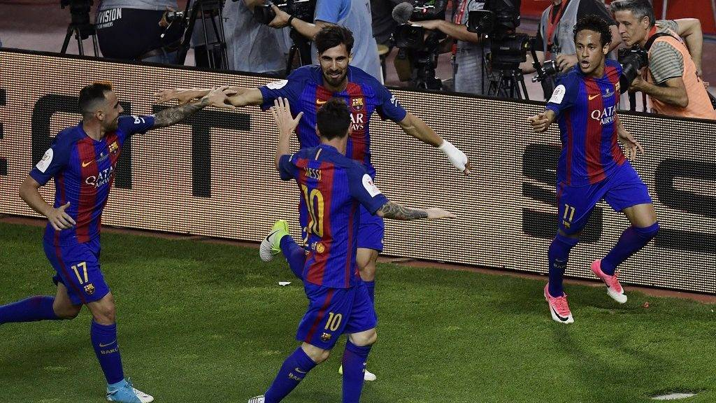 Barcelona's Brazilian forward Neymar (R) celebrates with Barcelona's Portuguese midfielder Andre Gomes (backC), Barcelona's forward Paco Alcacer (L) and Barcelona's Argentinian forward Lionel Messi after scoring during the Spanish Copa del Rey (King's Cup) final football match FC Barcelona vs Deportivo Alaves at the Vicente Calderon stadium in Madrid on May 27, 2017. / AFP PHOTO / JAVIER SORIANO