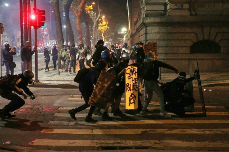 Rio de Janeiro, 2017. május 19. Tüntetõk a Michael Temer brazil elnök lemondását követelõ tiltakozáson Rio de Janeiróban 2017. május 18-án, miután sajtóhírek szerint egy befolyásos brazil üzletember az ügyészséggel kötött vádalku keretében tett vallomása szerint Temer egy tanú megvesztegetéséhez járult hozzá, hogy az illetõ hallgasson a Petrobras brazil olajvállalat korrupciós botrányának ügyében. A brazil O Globo napilap szerint hangfelvétel van az elhangzottakról. (MTI/EPA/Marcelo Sayao)