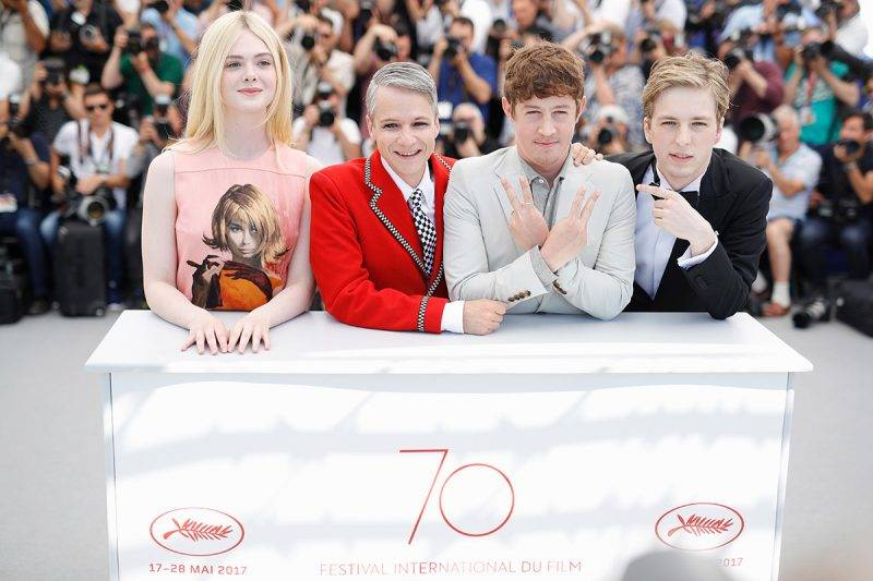 """CANNES, FRANCE - MAY 21:  (L-R) Actress Elle Fanning, director John Cameron Mitchell, Actors Alex Sharp and AJ Lewis attend the """"How To Talk To Girls At Parties"""" photocall during the 70th annual Cannes Film Festival on May 21, 2017 in Cannes, France.  (Photo by Andreas Rentz/Getty Images)"""