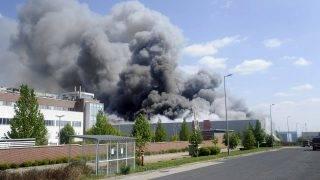 Budaörs, 2017. április 25. Tûzoltók oltják a tüzet Budaörsön, ahol kigyulladt egy gyógyszergyári épület 2017. április 25-én. A mintegy 5000 négyzetméteres épület raktárrésze kapott lángra, amit több tûzoltóegység kezdett el oltani.  A Pest Megyei Katasztrófavédelmi Igazgatóság szóvivõje elmondta, hogy a dolgozóknak idõben sikerült kimenekülniük, sérültekrõl nincs tudomásuk. MTI Fotó: Mihádák Zoltán
