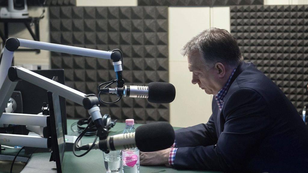 Budapest, 2017. március 31.Orbán Viktor miniszterelnök interjút ad a 180 perc című műsorban a Kossuth Rádió stúdiójában 2017. március 31-én.MTI Fotó: Koszticsák Szilárd
