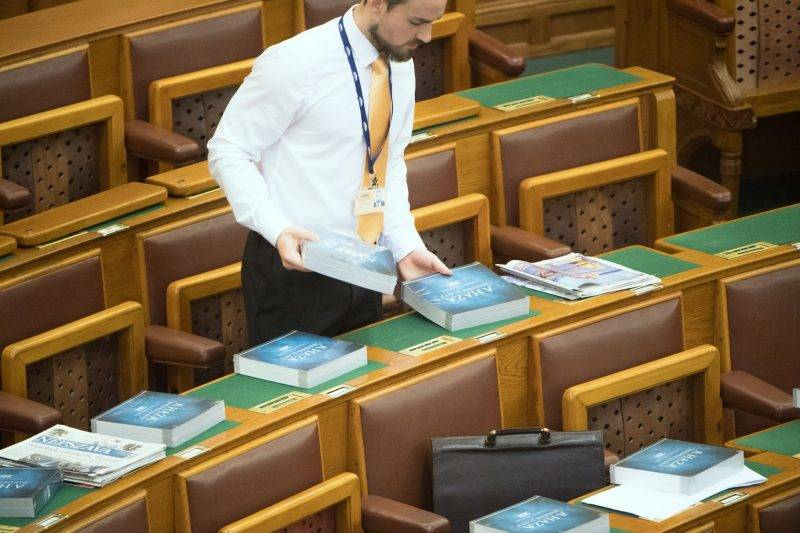 Az Országgyűlés plenáris ülése - Áder János eskütétele
