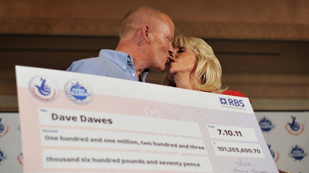 Dave and Angela Dawes celebrate after winning £101,203,600.70 (116,358,659.69 euros) on the Euro Millions Lottery in Bishop's Stortford, Hertfordshire, on October 11, 2011.  AFP PHOTO / BEN STANSALL / AFP PHOTO / BEN STANSALL