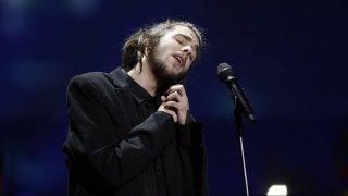 Kijev, 2017. május 14. A portugál Salvador Sobral elõadja Amar pelos dois címû dalát, amellyel megnyerte a 62. Eurovíziós Dalfesztivált a kijevi Nemzetközi Kiállítási Központban 2017. május 13-án. (MTI/EPA/Szerhij Dolzsenko)