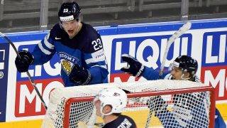 Finnlands Torschütze zum 0:2 Joonas Kemppainen (l) jubelt mit Antti Pihlstrom (r).Finland's Joonas Kemppainen (L), who scored the 0:2 celebrates with teammate Antti Pihlstrom during the Ice Hockey World Championship quarter-final match between the US and Final in the Lanxess Arena in Cologne, Germany, 18 May 2017. Photo: Monika Skolimowska/dpa