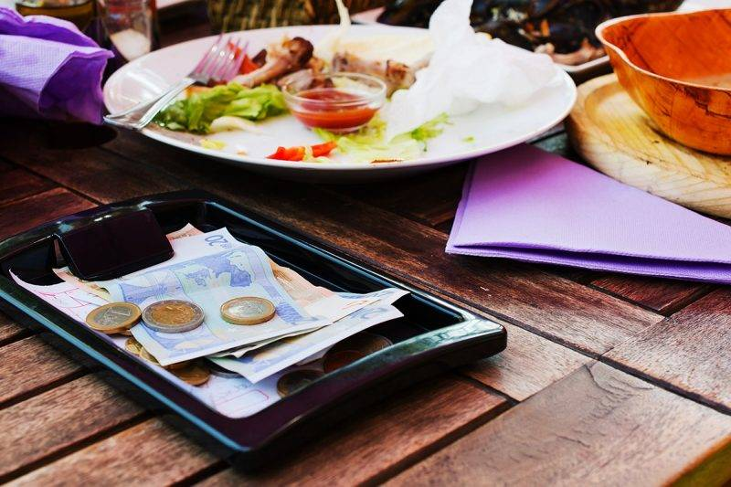 Payment lunch at the restaurant.