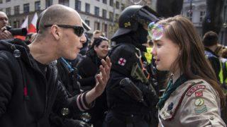 Brno, 2017. május 1.Lucie Myslikova, a 16 éves cseh cserkészlány és egy szélsőjobboldali tüntető vitatkozik a Brno belvárosában tartott tüntetésen 2017. május 1-én. 150 szélsőséges vonult fel a belvárosban, de az ellentüntetők nagyjából kétszer ennyien voltak. (MTI/AP/Vladimir Cicmanec)