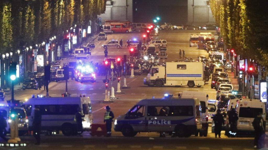 Párizs, 2017. április 21. Rendõrautók zárják le a párizsi Champs-Élysées sugárutat, ahol egy férfi tüzet nyitott egy rendõrségi buszra a diadalív közelében 2017. április 20-án. A támadásban egy rendõr meghalt, két másik súlyosan megsérült. A támadót agyonlõtték. A merénylet elkövetõjeként az Iszlám Állam nevû terrorszervezet jelentkezett. (MTI/EPA/Ian Langsdon)