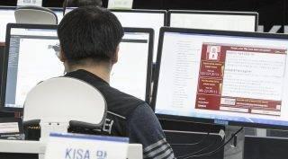 Szöul, 2017. május 15. A dél-koreai internetes biztonsági ügynökség (KISA) egyik munkatársa figyeli a hét végén 150 országon végigsöprõ zsarolóvírusos kibertámadás lehetséges célpontjait a hivatal szöuli központjában 2017. május 15-én. A május 12-én  útjára indított és a világ 150 országában legalább 200 ezer számítógépet megfertõzõ zsarolóvírust szakértõk szerint az Egyesült Államok Nemzetbiztonsági Ügynökségétõl (NSA) lopták el, más hackerszoftverekkel együtt. A kártevõ a Windows operációs rendszerek egyik sebezhetõségét használja ki. (MTI/EPA/Yonhap)