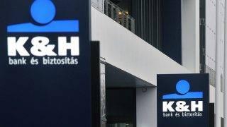 Budapest, 2011. november 21.Hirdetőoszlopok a K&H Bank új székházának főbejáratánál a fővárosi Millennium Városközpontban. A két egymás melletti épület - ahol kétezer-ötszázan dolgoznak - mintegy 100 millió euróba került. MTI Fotó: Máthé Zoltán