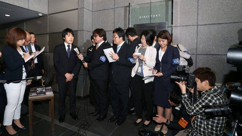 Kei Komuro(Center L), 25, a university friend of Princess Mako speaks to media in Chuo Ward, Tokyo on May 17, 2017. According to Imperial Household Agency, Princess Mako, the elder daughter of Prince Akishino and Princess Kiko will announce her engagement to him.( The Yomiuri Shimbun )