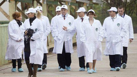 Alcsútdoboz, 2014. november 18.Orbán Viktor miniszterelnök (j4), Mészáros Beatrix, a Búzakalász 66 Felcsút Kft. ügyvezető igazgatója (j3), Mészáros Lőrinc (Fidesz-KDNP) felcsúti polgármester (j2) és Csányi Sándor, az OTP Bank elnök-vezérigazgatója (j5) a kft. bányavölgyi mangalicatelepének avatásán a Fejér megyei Alcsútdobozon 2014. november 18-án.MTI Fotó: Koszticsák Szilárd
