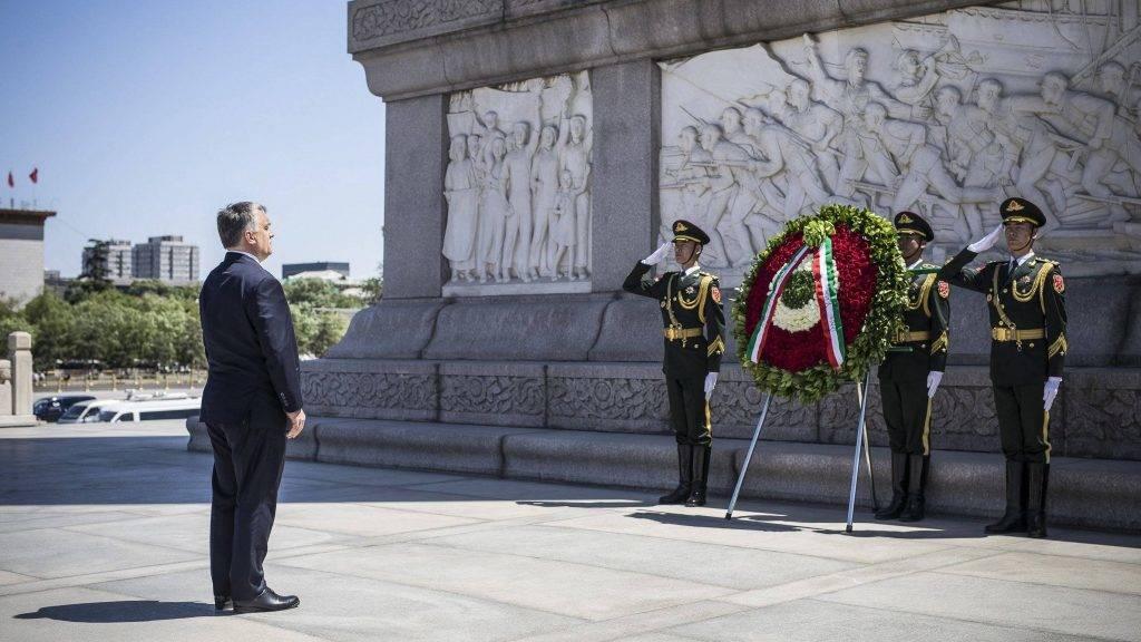 Peking, 2017. május 13. A Miniszterelnöki Sajtóiroda által közreadott képen a hivatalos látogatáson Kínában tartózkodó Orbán Viktor miniszterelnök koszorúz a pekingi Tienanmen téren 2017. május 13-án. MTI Fotó: Miniszterelnöki Sajtóiroda / Szecsõdi Balázs