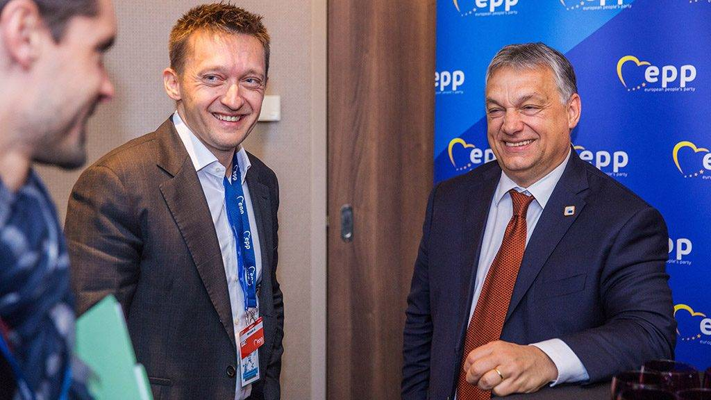 Brüsszel, 2017. április 29.Az Európai Néppárt által közreadott képen Orbán Viktor miniszterelnök (j) és Rogán Antal, a Miniszterelnöki Kabinetirodát vezető miniszter részt vesz az Európai Parlament legnagyobb pártszövetségének, az Európai Néppártnak (EPP) a brüsszeli csúcstalálkozóján 2017. április 29-én. (MTI/Európai Néppárt)